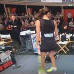 Jól kibabrált a szék Elton Johnnal egy teniszmeccsen – videó