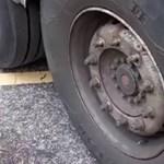 A nap videója: alig tartotta valami ennek a kamionnak a kerekét