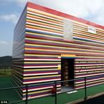 Csíkos ház életnagyságú építőkockákból
