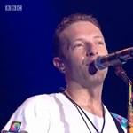 A színpadon állított emléket a Coldplay a tragikus balesetet szenvedett brit zenekarnak