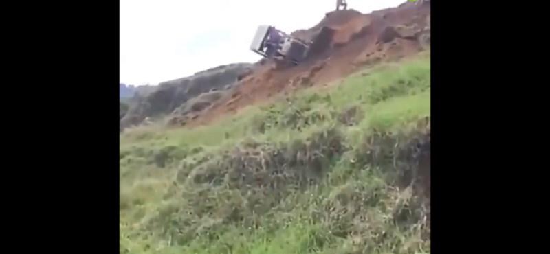 Így kell elegánsan kipattanni egy domboldalról lebucskázó munkagépből (videó)
