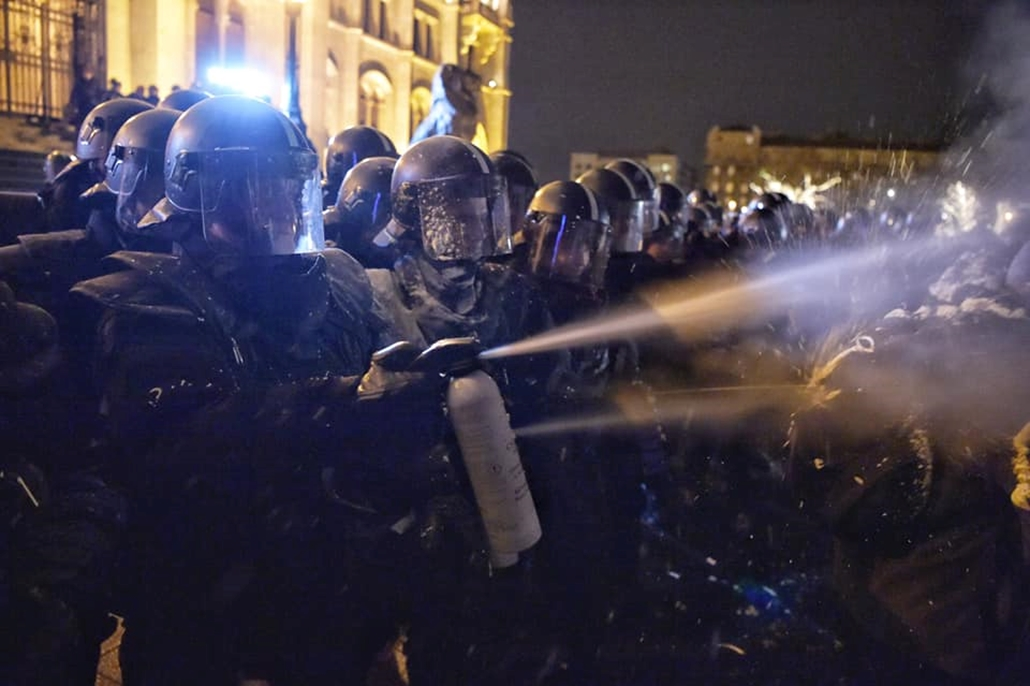 tg. 18.12.14. Tüntetés a rabszolgatörvény ellen hab könnygáz rendőr