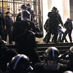 Rendőrség: Csak felsegítettek egy hölgyet a Parlament lépcsőjén