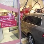 Fotók is vannak a DM kirakatába csapódott Volkswagenről