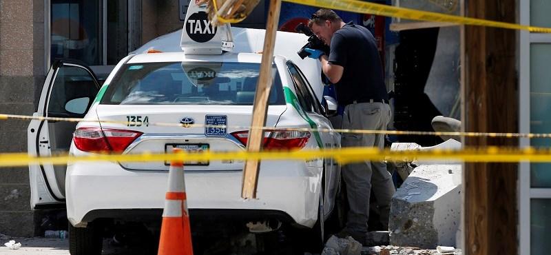 Járókelők közé hajtott egy taxi Bostonban