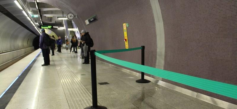 Nézze meg a fotókat, folyik be a víz a 4-es metró legtöbb állomásán