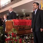 Ahmadinezsád és Lukasenka őrizte Chávez koporsóját - fotó