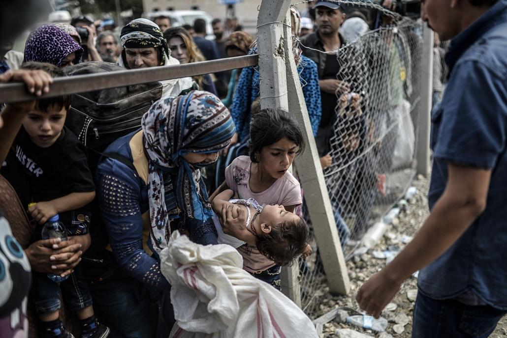 afp.14.09.24. - Suruc (Sanliurfa tartomány), Törökország: Szíriából menekült kurdok kelnek át a határon - kurd menekültek, szíria