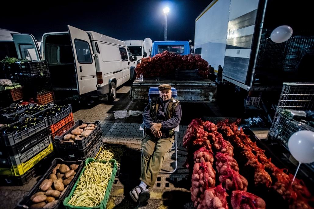 mti.16.09.21. Egy árus a 25 éves fővárosi nagybani piacon a Nagykőrösi úton 2016. szeptember 21-én este.