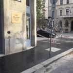 Élelmes munkások: ez történik az otthagyott bringákkal aszfaltozáskor