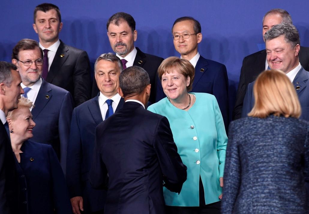 !!! AP júl.21-ig !!! - Barack Obama amerikai elnök (a kamerának háttal) kezet fog Angela Merkel német kancellárral, mellettük Jens Stoltenberg NATO-fõtitkár, Dalia Grybauskaite litván elnök, Mariano Rajoy spanyol kormányfõ, Orbán Viktor miniszterelnök és