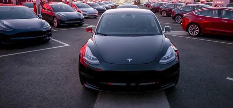 Vége a Tesla gyártási poklának? Már a Model 3 izomautós változatát tesztelik