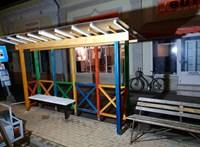 Hódmezővásárhelyen közmunkások segítették a Kétfarkú buszmegálló-építését