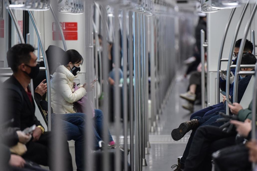 afp.20.02.27. koronavírus, maszk, metró, kína