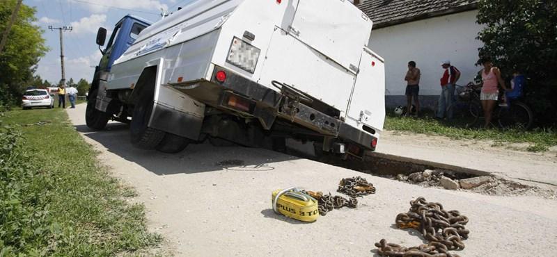 Fotó: óriási lyuk ejtett csapdába egy teherautót Tiszaroffon