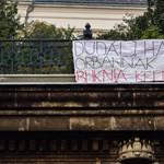"""Fotó: """"Dudálj, ha Orbánnak buknia kell!"""""""
