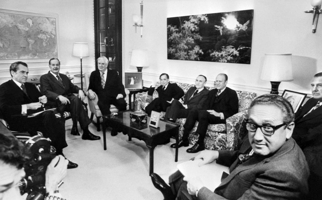 1973.01.24. - Richard Nixon, Henry Kissinger és a kongresszus tagjai, miután aláírták a tűzszüneti megállapotást Vietnámmal - Nixonnagyitas