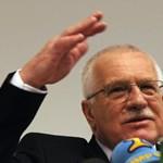 Elhalmozták tollakkal a lopáson ért Václav Klaust