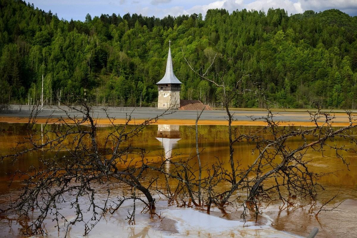 Besárgult az vízből kiálló templomtoronyról híres erdélyi tó - fotók