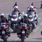Videó: Épp a francia elnök előtti díszszemlén hajtott egymásnak két motoros rendőr