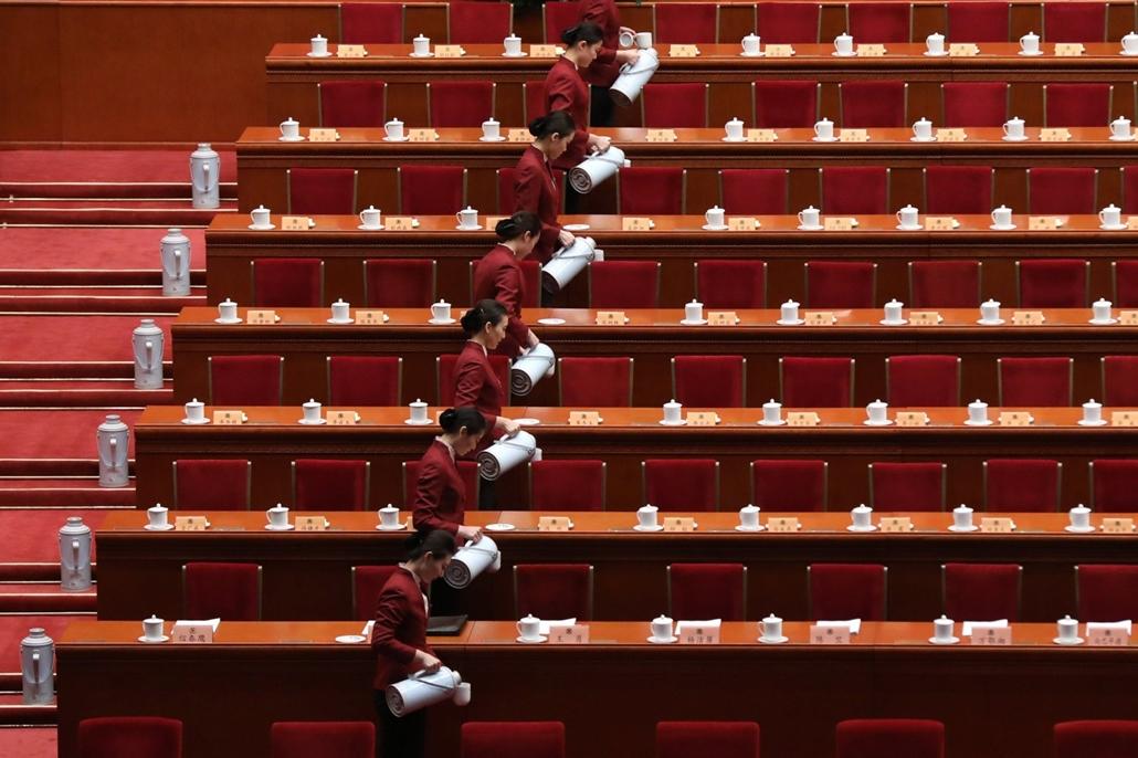 epa.17.03.03. - Peking, Kína: Teremszolgák a Kínai Népi Politikai Tanácskozó Testület (KNPTT) ülésének kezete előtt a pekingi Nagy Népi Csarnokban. - 7képei