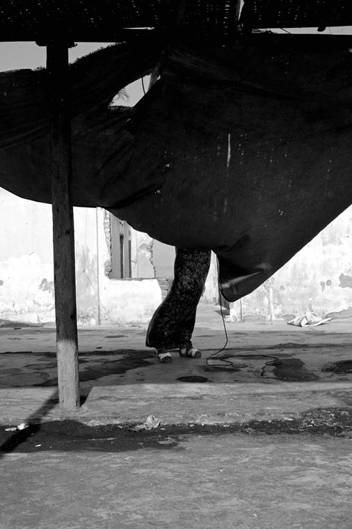 NE használd_! - Bartis Attila nagyítás - Eltakart nő, Samas, Jáva, 2014