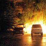 Fotók: így égett a terepjáró a IV. kerületben