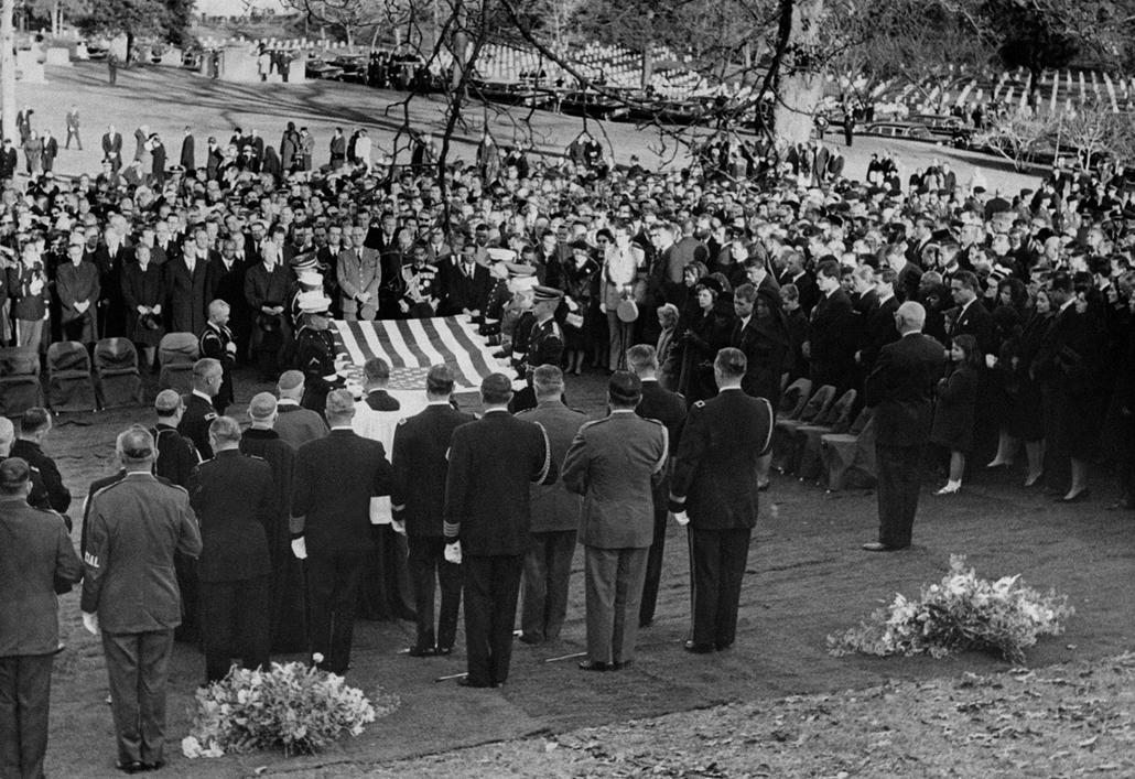 63.11.24. - Arlington Cemetery, USA: családtagok és vezető politkusok(?) búcsúznak - John F. Kennedy, John Fitzgerald Kennedy