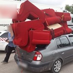 Túlzás volt hét fotelt felrakni a Renault Thalia tetejére