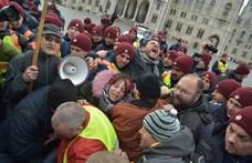 A rendőrök feladták a védvonalat, a tüntetők bejutottak a Kossuth térre