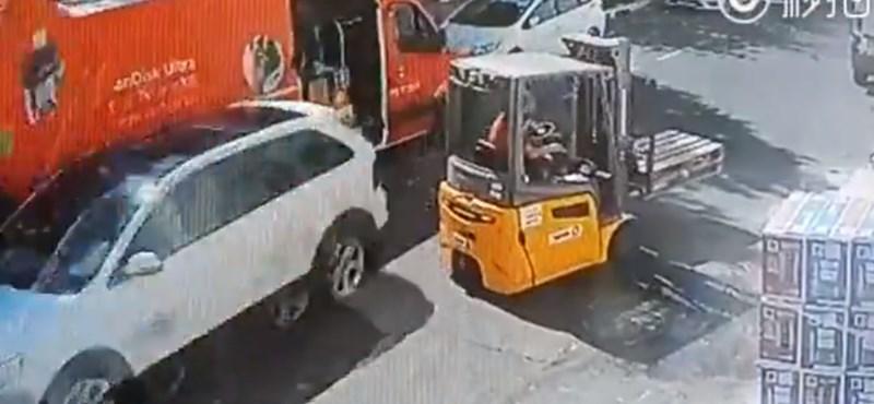 Videó: a targoncás észre sem vette, hogy mögötte 100-zal elzúz egy autó