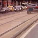 Nem volt elég üres a Nagykörút a Porschénak, inkább a villamossínen megy – videó