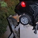 Garázstetőt szakított át egy X3-as BMW – videó