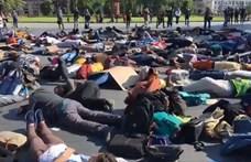 Több száz demonstráló esett a földre a Kossuth téren