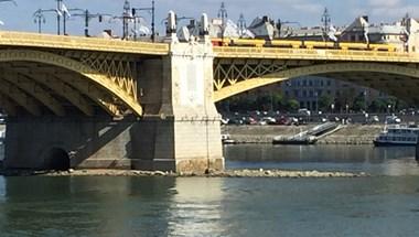 Már el is tüntették a Margit hídról a rovásírásos Orbán-feliratot