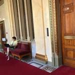 Visszaült a jobbikos képviselő Orbán üres irodája elé