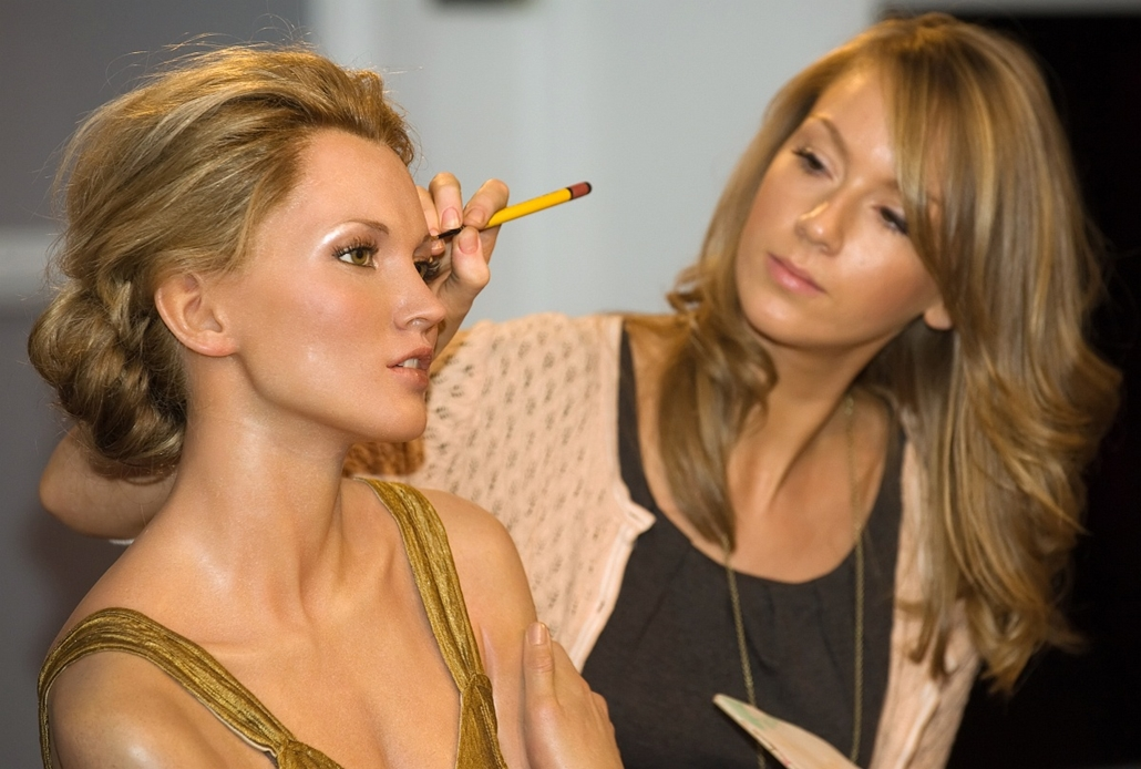 afp. Kate Moss szupermodell 40 éves - nagyítás - 2009.09.15. London : The wax figure of British model Kate Moss (L) is given last minute cosmetic adjustments by a member staff at Madame Tussauds in central London, before being united with US model Tyra Ba