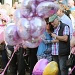 Némán emlékeztek a manchesteri terror áldozataira, aztán egy nő énekelni kezdett - videó
