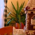 Gyönyörű mézeskalács-kastéllyal jótékonykodik egy fiatal tanítónő