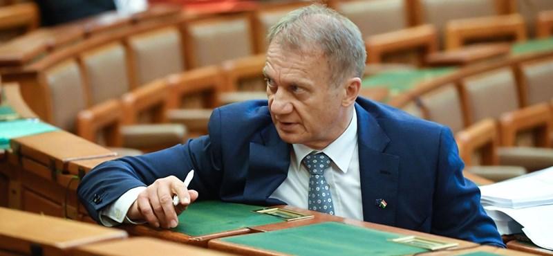 Varju László mögé áll be a Jobbik