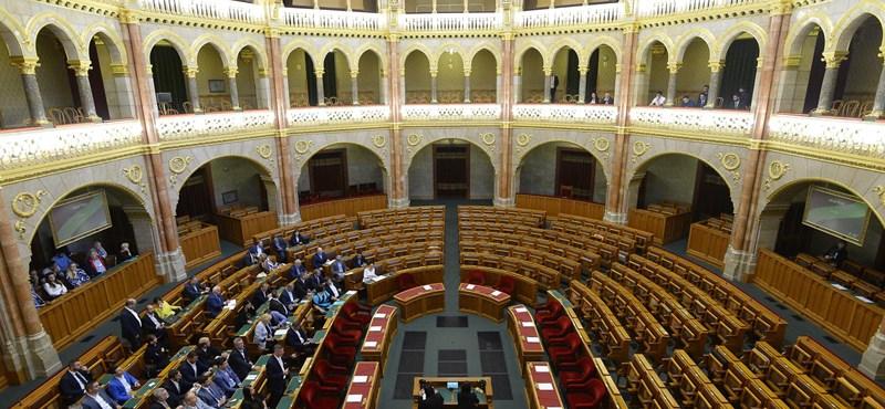Mindenkinél testhőt mérnek a Parlamentbe jutás előtt, kivéve a politikusokat