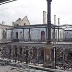 Jövő hónapban kap fémsapkát a nyáron leégett Andrássy úti palota