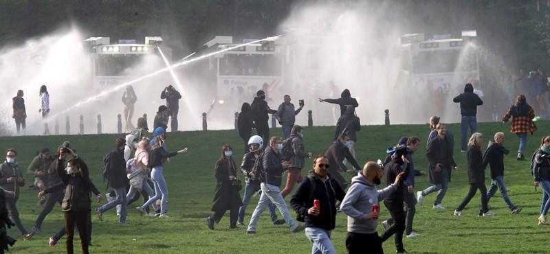 En Bruselas, los manifestantes contra las restricciones epidemiológicas fueron dispersados con cañones de agua.