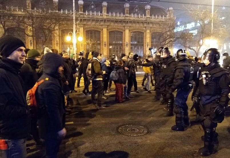 A Kossuth tér után a Nyugatinál is összetűzés volt a tüntetők és a rendőrök között - percről percre