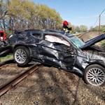 Fotók érkeztek a sínekre zuhant Ford Mustangról