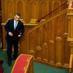 Orbán a függöny mögött bujkált, majd beleállt a vitába