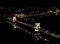 Kivilágított ablakaikkal üzennek a világnak a budapesti szállodák