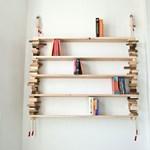 Kötél és fahasáb kell a trendi könyvespolchoz
