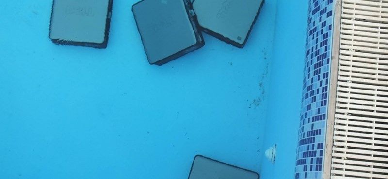 Kerti medencébe dobálták egy feltört iroda számítógépeit, megvan a betörő – videó