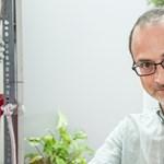 A Nemzet Napszámosa: Tóta W. felveszi a munkát a fröccsöntőüzemben